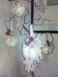 Palle di Natale fatte a mano con cordoncini fiori di stoffa nastri e cuori