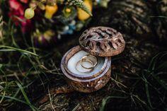 Aufbewahrung derEheringe in einer floralen Schatulle aus Lavastein (Mauritius). #eheringe #ringe #ringbox #hochzeit #verliebtverlobtverheiratet #schatulle  Fotos: Veronika Huber Fotografie (Web www.veronika-huber-fotografie.de) Mauritius, Box, Photos, Mariage, Boxes