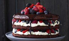 Saftig chokoladekage med bær og hvid chokolademousse: Denne saftige chokoladekage har en fyldig smag af chokolade som bliver løftet op af de friske, dejlige bær. - Se de lækre opskrifter fra Dr. Oetker.