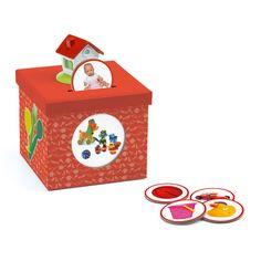 Un jeu original pour développer le vocabulaire et le langage. Il s'agit de sélectionner une des 20 cartes consignes, de trouver les jetons qui correspondent aux bonnes réponses et de les glisser dans la boîte en forme de tirelire. Un astucieux système d'autocorrection au dos de la carte questions permet à l'enfant de vérifier ses réponses. Ce jeu peut s'utiliser de différentes façons selon l'âge et le niveau de l'enfant : de l'imagier pour les plus jeunes au jeu de tri et catégorisation…