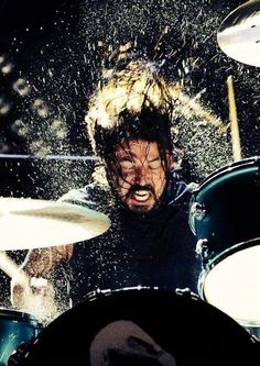 Dave Grohl - former drummer for Nirvana, now front man for Foo Fighters.possibly the coolest photo ever taken of the man, the myth, the legend. Music Love, Music Is Life, Good Music, Rock N Roll, Hard Rock, Pub Radio, Steve Gadd, Foo Fighters Dave Grohl, Foo Fighters Lyrics