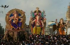【シドニーAFP=時事】様々な宗教の神たちがテーブルを囲んで羊肉を食べるという設定のオーストラリアのテレビCMに、ヒンズー教の神ガネーシャが含まれていたことから、インド政府がオーストラリア政府に正式に抗議する事態となっている。(写真は、インド・ムンバイで行われ
