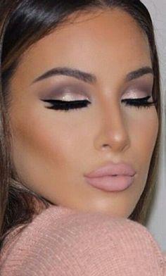 El maquillaje en tonos nude ofrece la ventaja de que no parecemos muy maquilladas y, sin embargo obtenemos lo mismo que con otro tipo de maquillaje; destacar nuestros puntos fuertes y disimular o corregir nuestras imperfecciones. Se puede llevar en cualquier momento, para el trabajo, una actividad al aire libre, un cóctel a media tarde …