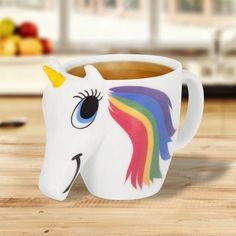 Un peu de magie dans votre café du matin ? Cette tasse tout à fait étonnante vous met d'emblée de bonne humeur avec sa tête de licorne et ses jolies couleurs. Mais attention, ces couleurs sont très spéciales. En effet, dès lors que vous verserez votre boisson chaude dans la tasse, les yeux et la crinière de la licorne changeront de couleur, la crinière devenant un véritable arc-en-ciel. Bien évidemment, les couleurs reviendront à la normale une fois la température redescendue.