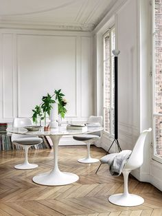 Eero Saarinen, Saarinen Chair, Florence Knoll, Tulip Dining Table, Table And Chairs, Side Chairs, Eames, Dining Room Inspiration, Interior Inspiration