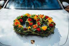 Toller Autoschmuck in Form der Ringe mit Gerberas und Rosen in saftigen Farben Orange und Rot. Passr super zu Sommer- und Herbsthochzeit. © Paul Träger #autoschmuck #autodeko #gerbera