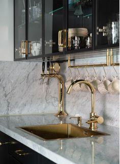 brass home accents Perfekt marmor ESNY inspo Luxury Kitchen Design, Interior Design Kitchen, Interior Decorating, Gold Interior, Marble Interior, Modern Kitchen Interiors, House Interiors, Luxury Interior Design, Black Kitchens