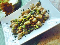"""""""Gnocchi di patata viola prezzemolate, mantecate al l'olio di cocco e al profumo di lime con croccante di zucchine e mandorle"""" Buon appe"""