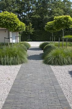 Large backyard landscaping ideas are quite many. However, for you to achieve the best landscaping for a large backyard you need to have a good design. Garden Paving, Garden Paths, Small Gardens, Outdoor Gardens, Clay Pavers, Contemporary Garden Design, Dream Garden, Backyard Landscaping, Landscaping Ideas