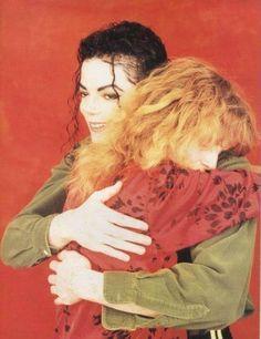 Impossível não sorrir vendo esta imagem e a emoção que dela sobressai, amor mútuo de um ídolo por seu fã existe ;)  Quisera eu ter provado esse abraço de almas meu anjo.... é que o teu amor passeia por mim, disfarçado de infância... ღ --- Carla Mmjking
