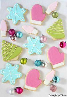 Royal Iced Sugar Cookies ~ so pretty and fun for the holidays! from @Spoonful of Flavor | Ashley #fbcookieswap