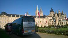 Caen es la capital de una región conocida en todo el mundo, Baja Normandía, ciudad central de un área metropolitana de cerca de 250.000 habitantes y la ciudad histórica de Guillermo el Conquistador.   La Abadía de los hombres (Abbaye aux Hommes), actualmente el  Ayuntamiento, y su iglesia de San Esteban (Saint-Etienne) donde  reposan los restos de Guillermo el Conquistador y Duque de Normandía.