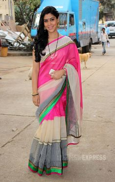 Sakshi Tanwar, who plays the lead role of Priya in the hit television drama series, was pretty in a pink sari. Indian Celebrities, Bollywood Celebrities, Bollywood Fashion, Indian Beauty Saree, Indian Sarees, Beautiful Saree, Beautiful Outfits, Sakshi Tanwar, Sexy Little Black Dresses