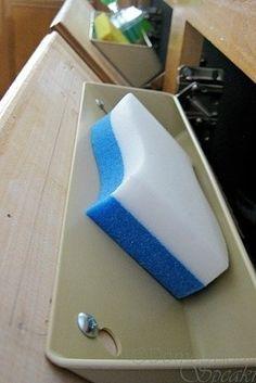 Instala cajones de fregadero que se viertan. | 31 Maneras increíblemente ingeniosas de organizar una cocina pequeña