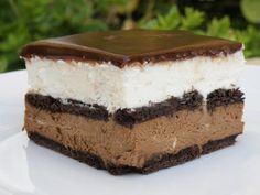 מתכון עוגת ביסקוויטים בשני שוקולדים, עוגת שכבות ביסקוויטים וגבינה עם שכבת שוקולד חומה משוקולד מריר ושכבת שוקולד לבנה משוקולד לבן וציפוי שוקולד-שמנת מפנק