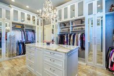 Die gespiegelten Türen oben und unten geben ein Gefühl von zusätzlichen Speicherplatz für diesen Schrank System zusammen mit einer funktionalen Kommode, die Schubladen und ein ziemlich Marmor Top bietet.