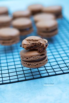Chocolate Macarons recipe + the ultimate tutorial for making them perfect!!  The chocolate macarons recipe here: http://noodloves.it/macarons-al-cioccolato/   French Cookies, Ladurée, Chocolate ganache, Almond cookies, Meringue, Dessert