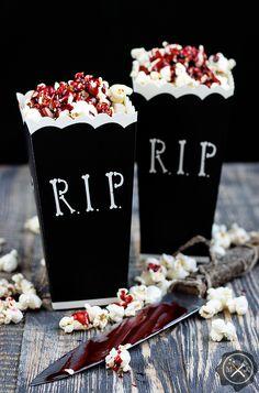 Krwawy popcorn / Bloody popcorn , przepis tutaj:https://miodowekrolestwo.wordpress.com/2017/10/16/krwawy-popcorn-bloody-popcorn/