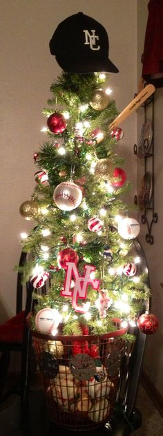 Baseball Christmas tree...I love it but would have to be Red Sox or Brewers! :)