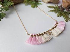 Retrouvez cet article dans ma boutique Etsy https://www.etsy.com/fr/listing/484470286/collier-pompons-collier-rose-creme-bijou