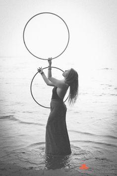 <3 Hooping Hula Hoop Workout, Broken Pictures, Hula Hooping, Circus Art, Flow Arts, Foto Pose, Acro, Honeycomb, Twins
