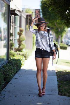 Top H&M similaire ici  Short Levi's  Sac Balenciaga  Sandales Aldo  Colliers Asos & By Opaline  Chapeau (similaire ici et là) & lunettes Urban Outfitters