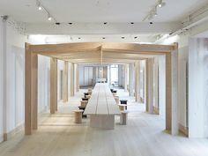 estrutura de madeira em sala de reunião