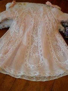 I have never seen, nor hoped to make a precious dress like this one. It takes your breathe away! Antique Lace, Vintage Lace, Vintage Sewing, Vintage Baby Clothes, Vintage Outfits, Little Girl Dresses, Flower Girl Dresses, Dress Girl, Baby Gown