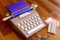 Máquina de escrever de papelão | 20 brinquedos feitos com materiais baratos que irão estimular a criatividade das crianças