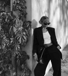 """Find and save images from the """"black and white"""" collection by Camille (camille_lmao) on We Heart It, your everyday app to get lost in what you love. Black And White Aesthetic, Black N White, Black And White Pictures, Model Poses Photography, Fashion Photography, Foto Glamour, Foto Casual, Instagram Pose, Mode Streetwear"""