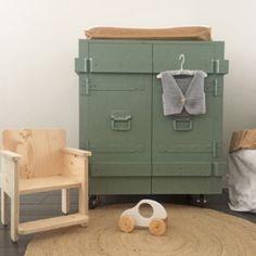 Stoere houten industriële commode babykamer/kinderkamer. Designed by Huis & Grietje
