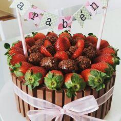 Bolo de chocolate com morango e kitkat