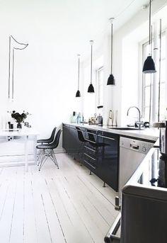 #kitchen #keuken #black #white #wood #floor #lamps
