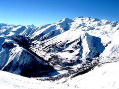 Au coeur des Alpes, au pays des Sybelles, Saint Sorlin d'Arves, station village traditionnelle, dispose d'un ensoleillement et d'un enneigement exceptionnels face aux Aiguilles d'Arves, idéale pour la pratique de toutes les activités de montagne.