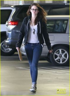 Kristen Stewart Goes to the Library with Pal Alicia!: Photo Kristen Stewart and her friend Alicia go to the library to check out some books together on Saturday afternoon (January in Beverly Hills, Calif. Kristen Stewart Twilight, Kristen Stewart Movies, Bella Y Edward, Street Style Magazine, Kirsten Stewart, Cute Outfits With Jeans, Androgynous Fashion, Celebrity Look, Celebrity Outfits
