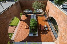 Completed in 2019 in Hòa Xuân, Vietnam. Images by Oki Hiroyuki. The Cuckoo House is a house for 4 people (parents and 2 kids) combining with a coffee shop located in Da Nang, Vietnam and designed by Tropical Space. Space Architecture, Residential Architecture, Amazing Architecture, Tropical, Cafe Design, House Design, Interior Design, Zen House, Outdoor Walkway