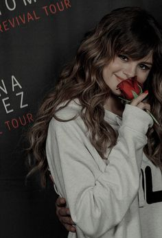 selena gomez with red rose Selena Gomez Photoshoot, Selena Gomez Cute, Selena Gomez Outfits, Selena Gomez Pictures, Selena Gomez Style, Selena Gomez Wallpaper, Marie Gomez, Female Singers, Hollywood Celebrities