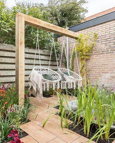 Op een warme dag heerlijk buiten schommelen? Je kan ze kopen maar ook zelf maken!   Make your own swing #garden #swing #DIY #inspiration   Eigen H
