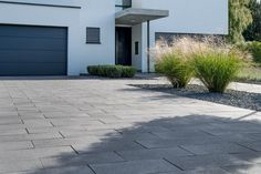 Umbriano Pflasterstein Hauszufahrt 2236 013 Umbriano paving stone house access 2236 013 House access with the ecological DRAINSTON plasterPaving stone Germania linear of CAN convinced paving stone ideas Amazing Gardens, Front Garden Design, Better Homes And Gardens, Cottage Garden, Small Front Gardens, Modern Garden, Cobblestone Driveway, Landscape Lighting, Modern Garden Design