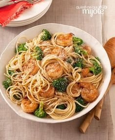 SPAGHETTI CON CAMARONES AL AJO Y BRÓCOLI. Spaghetti with Garlic-Shrimp & Broccoli — Accept oohs and ahhs when your family tastes this garlicky shrimp and broccoli pasta dish—and all for just 20 minutes in the kitchen. Seafood Recipes, Pasta Recipes, Dinner Recipes, Cooking Recipes, Healthy Recipes, Recipes With Spaghetti Noodles, What's Cooking, Lunch Recipes, Shrimp And Broccoli