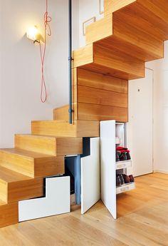 Prostor pod schody je maximálně využitý.