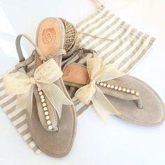 Flache Sandalen. Sandalen aus Leder. Hochzeit Sandalen.