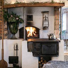 No photo description available. Rustic Kitchen Design, Farmhouse Kitchen Decor, Interior Design Kitchen, Scandinavian Fireplace, Scandinavian Home, Beautiful Kitchen Designs, Kitchen Stove, Interior Garden, Sweet Home