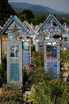 The Merry Cemetery in Săpânţa, Maramureş county, Romania I LUV these headstones! Cemetery Statues, Cemetery Headstones, Old Cemeteries, Cemetery Art, Graveyards, Cemetery Monuments, Fotografia Post Mortem, The Places Youll Go, Places To Visit