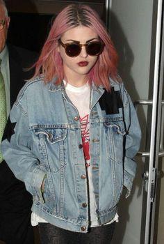 Camisetas de bandas, cazadoras vaqueras oversize con pegatinas y chapas al estilo de los noventa... El grunge no tiene secretos para Frances Bean Cobain