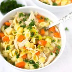 Für diese schnelle Hühnersuppe braucht ihr nur Hähnchenbrustfilet, Hühnerbrühe, Suppengemüse, Nudeln, Salz und Pfeffer. Super einfach und immer wieder gut!
