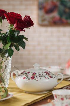 Alege setul din porțelan englezesc renumit pentru albiciunea, transluciditatea, finețea și duritatea sa! #portelan fin #vaza #set farfurii portelan #portelan englezesc Sugar Bowl, Bowl Set, Tea Pots, Tableware, Dinnerware, Tablewares, Tea Pot, Dishes, Place Settings