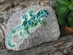 Mosaic for the garden - Crafts for Kids Sea Crafts, Mosaic Crafts, Mosaic Projects, Rock Crafts, Mosaic Art, Mosaic Rocks, Stone Mosaic, Mosaic Glass, Garden Crafts