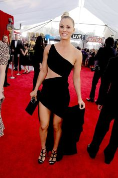 Kaley Cuoco at the 2016 SAG Awards Wearing Jimmy Choo Sandals Beautiful Celebrities, Beautiful Actresses, Beautiful Women, Kaley Cuoco Body, Kaley Cucco, Sag Awards, Red Carpet Looks, Celebrity Style, Celebrity Crush