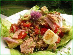 Thunfischsalat mit Ei, Avocado und Tomaten